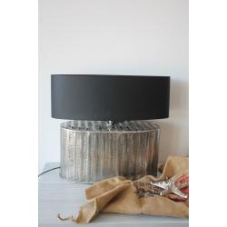 Lampe mit schwarzem Lampenschirm