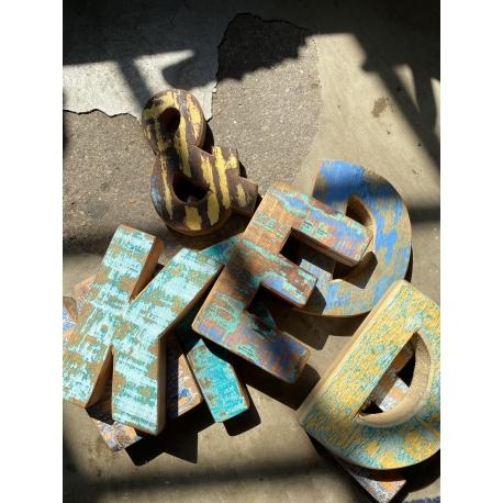 Holzbuchstaben und -ziffern